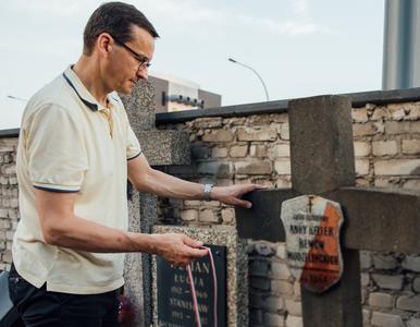 Premier Morawiecki porządkował groby powstańców. Towarzyszyli mu harcerze