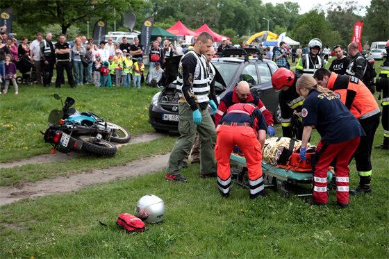 ...motocyklista ma małe szanse na przeżycie (fot. PAP/Tomasz Gzell)
