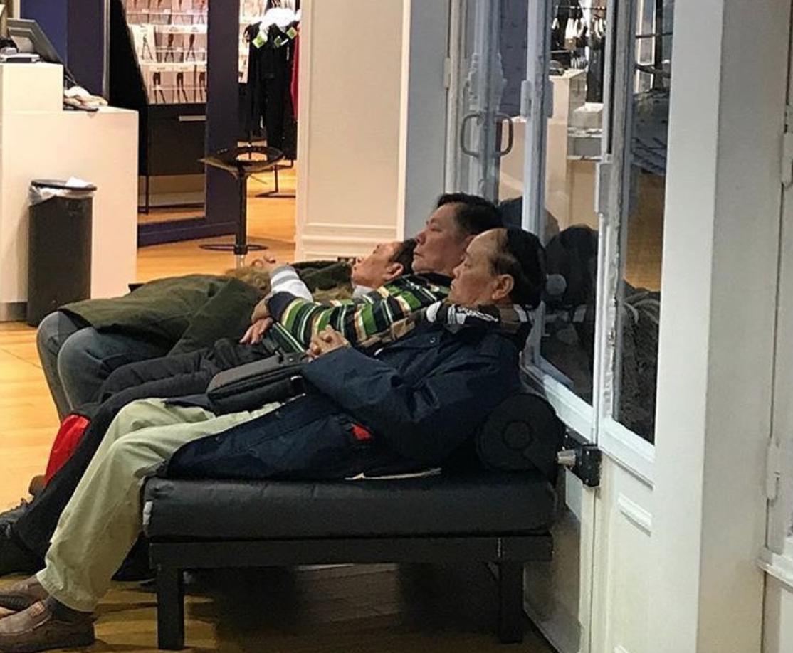 Mężczyźni czekają na koniec zakupów