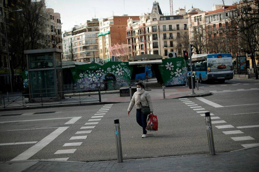 Kobieta na ulicy w Madrycie, zdjęcie ilustracyjne