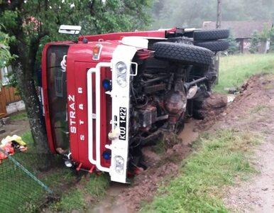 Policjant uciekał samochodem po kolizji. Wymijając wypadek strażaków,...