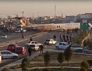 Samolot wypadł z pasa startowego i zatrzymał się na autostradzie. Na...