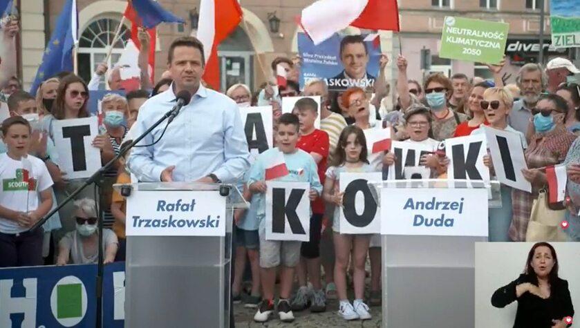 Rafał Trzaskowski obok pustej mównicy Andrzeja Dudy