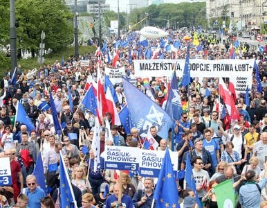 """Marsz z udziałem Tuska. TVP informowała o """"niskiej frekwencji"""", rzecznik..."""