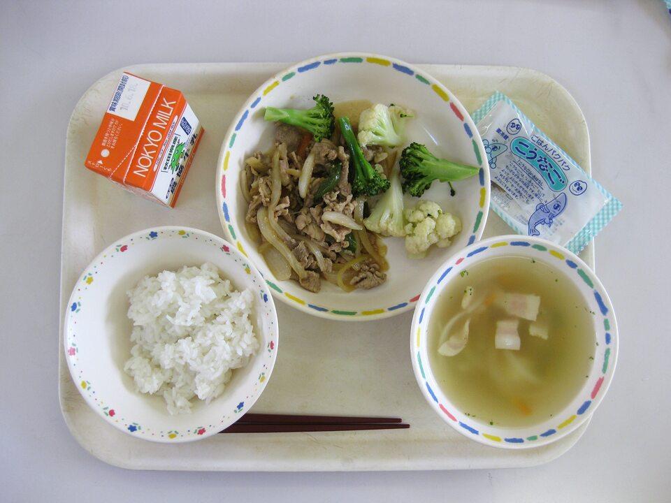 Posiłek wydawany w jednej z japońskich szkół (zdj. ilustracyjne)