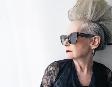 64-latka przez przypadek stała się nową ikoną mody. Niezwykłymi...