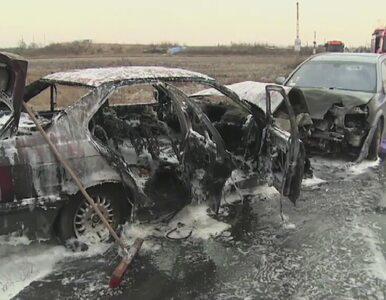 Czołowe zderzenie i pożar aut pod Warszawą. Cztery osoby w szpitalu
