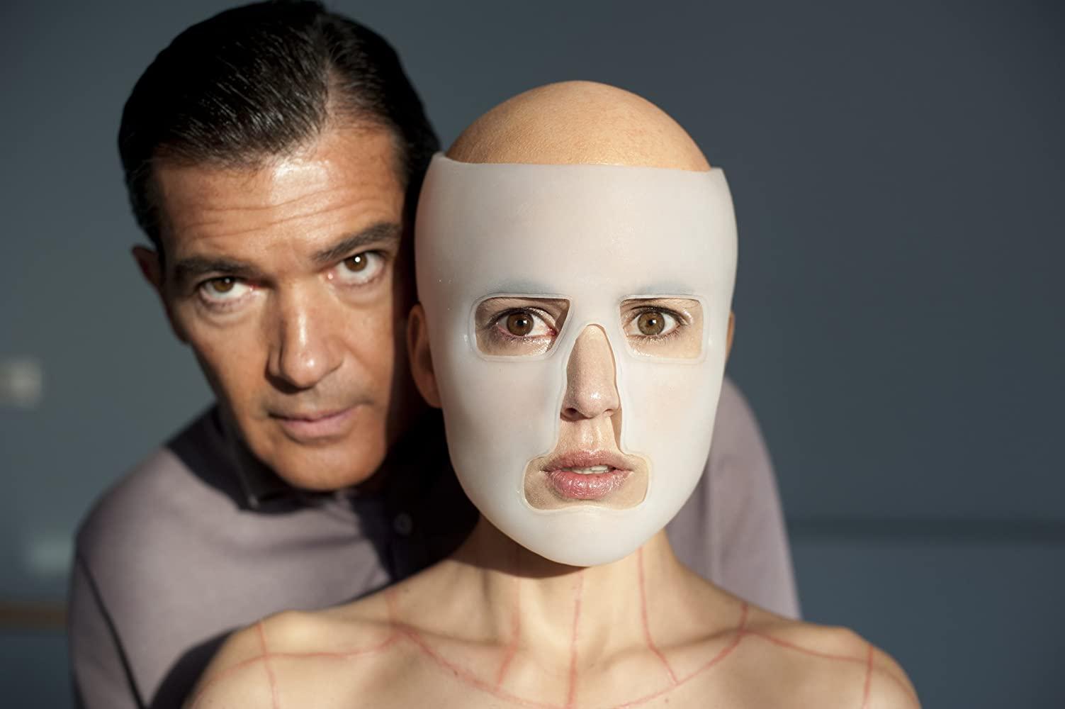 "Bohater filmu ""Skóra, w której żyję"" Robert Ledgard (Antonio Banderas) jest:"
