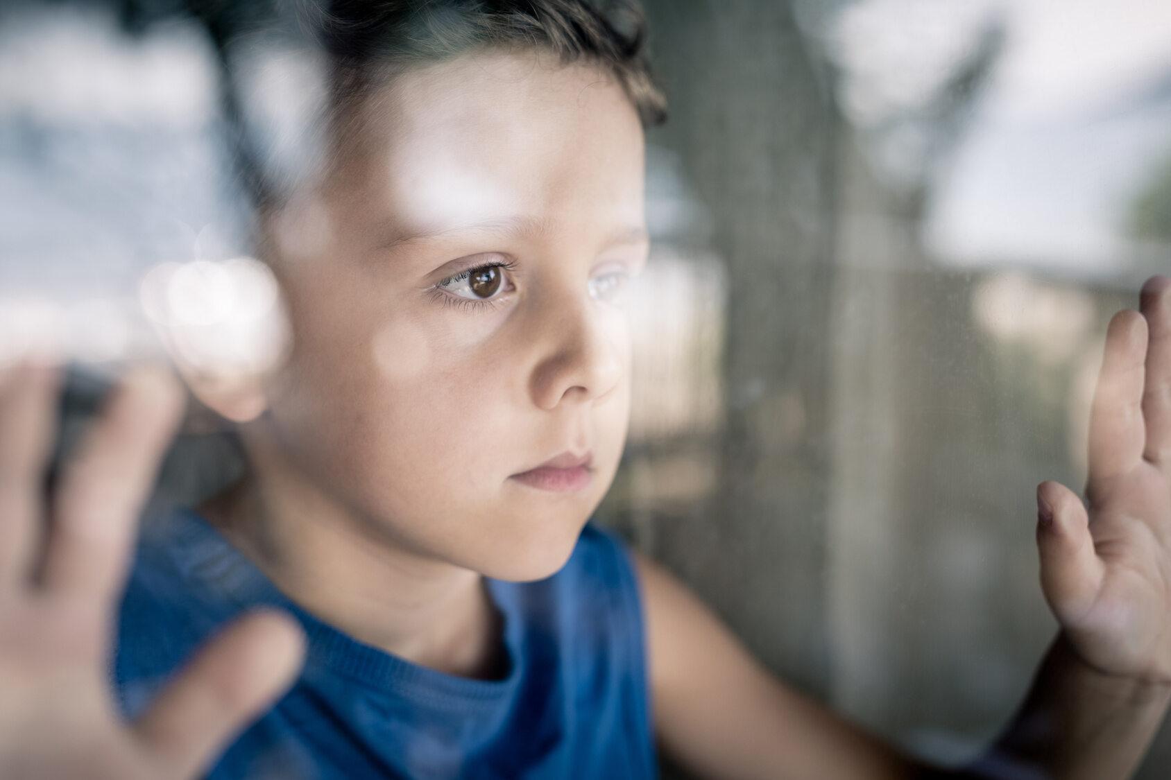 Chłopiec wyglądający przez okno