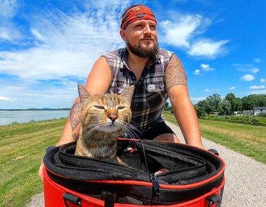Mężczyzna podróżuje rowerem, towarzyszy mu kot. Dystans, który razem...