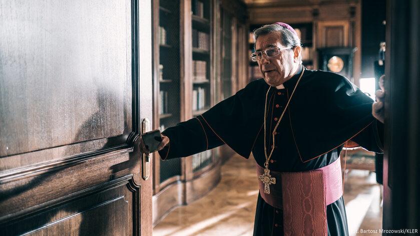 Janusz Gajos w roli arcybiskupa Mordowicza