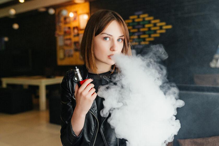 Kobieta paląca e-papierosa