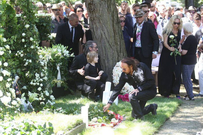 Zdjęcie z pogrzebu Kory na Powązkach