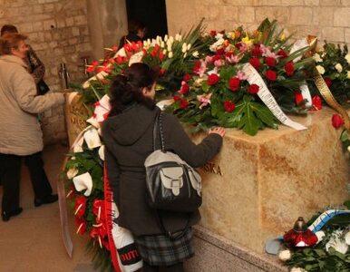 Polacy składają kwiaty na Wawelu