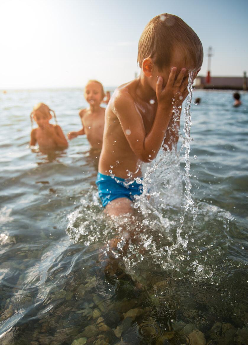 Dzieci na plaży, zdjęcie ilustracyjne