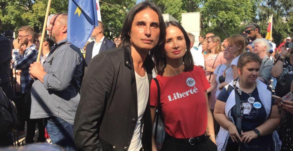 Viola Kołakowska i Ivan Komarenko w czasie antymaseczowego protestu w stolicy