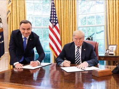"""Prezydent Duda podpisywał deklarację na stojąco. """"Brak szacunku ze..."""