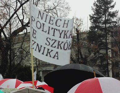 """""""Nie dla chaosu w edukacji"""". Wielka manifestacja w Warszawie. Pod Sejmem..."""