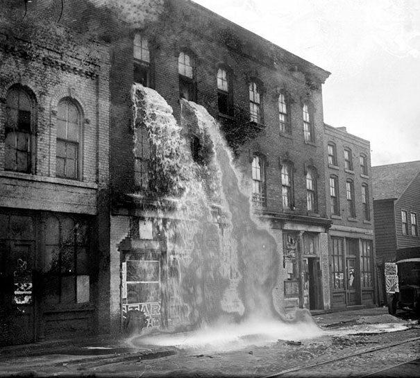 Nielegalny alkohol wylany przez okno budynku w czasach prohibicji, Detroit, 1929 (fot. boredpanda.com)