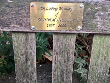 """""""Pamięci Saddama Husajna"""". Kontrowersyjna tabliczka w Londynie przyczyną..."""