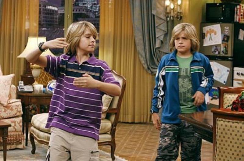 """Dylan i Cole Sprouse zagrali w serialu """"Nie ma to jak hotel"""" Zacka i Cody'ego. Jak mieli na nazwisko ci bohaterowie?"""